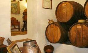 La artesanía vitivinícola en Moclinejo permanece intacta