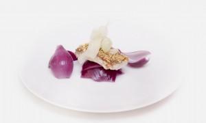 Lubina Crunchy, Tallarines de Apio y Cáscaras de Cebolla Morada