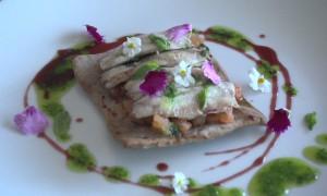 Video – Receta: Coca de Oliva Negra con Sardina, Tomate y Albahaca