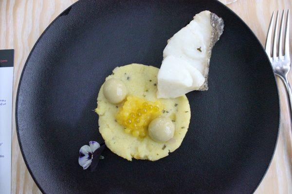 Lomo de bacalao sobre nuestra ensalada malagueña con caviar de naranja y esfericaciones de aceitunas aloreñas
