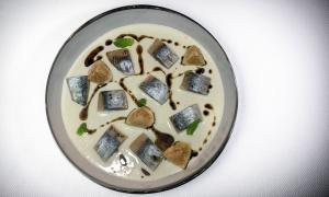 Sardinas ahumadas, ajoblanco e higos de Dani García