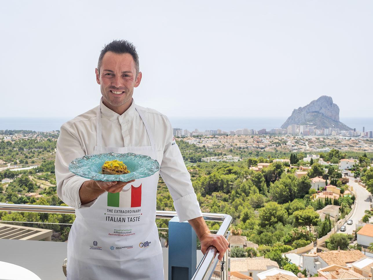 El chef Ferdinando Bernardi en la terraza de Orobianco (Calpe). Foto: César González de Tragaldabas Profesionales